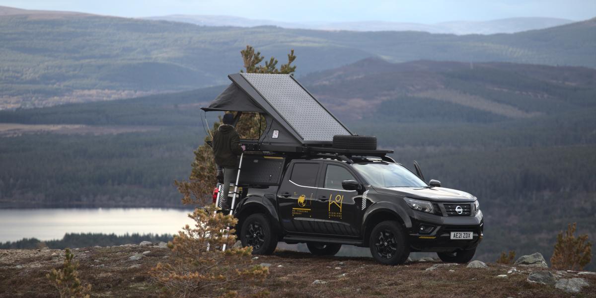 4x4 avec tente sur le toit dans un paysage montagneux